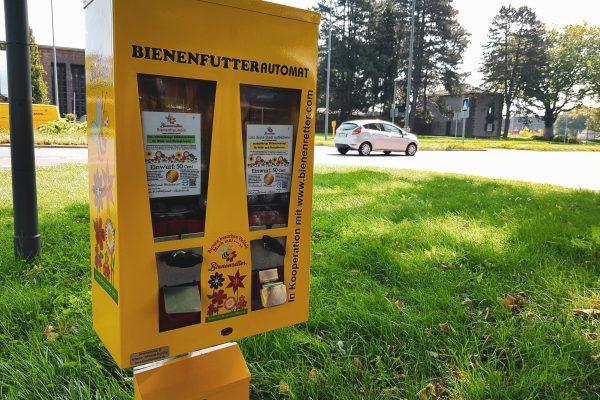 Das Foto zeigt einen Bienenfutterautomat am Wegesrand bei einer Radtour durch Bochum