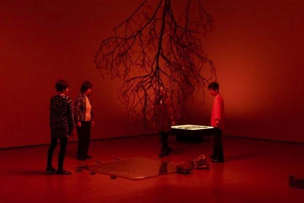 Das Foto zeigt japanische Frauen bei der Inszenierung The Life Work im Museum Folkwang bei der Ruhrtriennale
