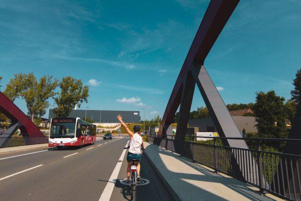 Das Foto zeigt Christin auf einem Radweg an einer Hauptstraße in Bochum