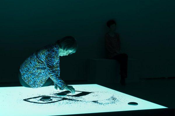 Das Foto zeigt eine japanische Frau bei der Inszenierung The Life Work im Museum Folkwang bei der Ruhrtriennale