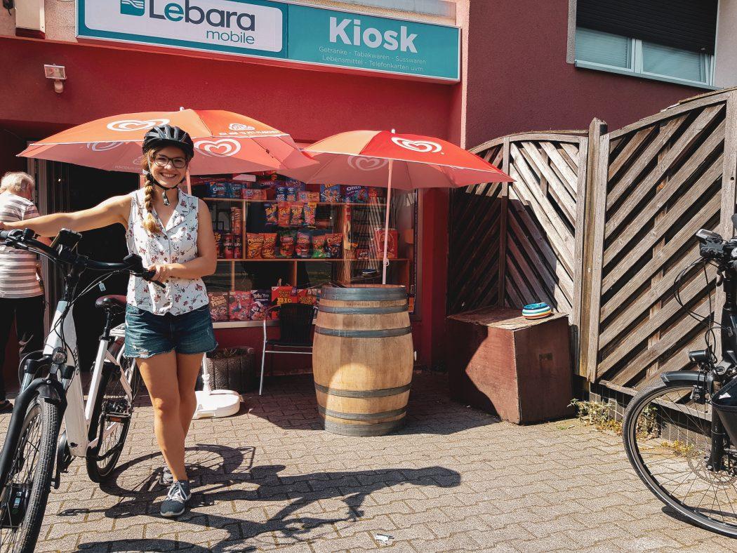 Das Foto zeigt Christin mit Fahrrad an der Bude Candy Corner in Bochum