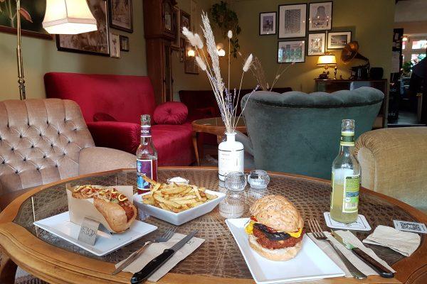 Das Foto zeigt amerikanisches und veganes Essen in der Wohnzimmeratmosphäre des PAN's Bebop in Essen Rüttenscheid