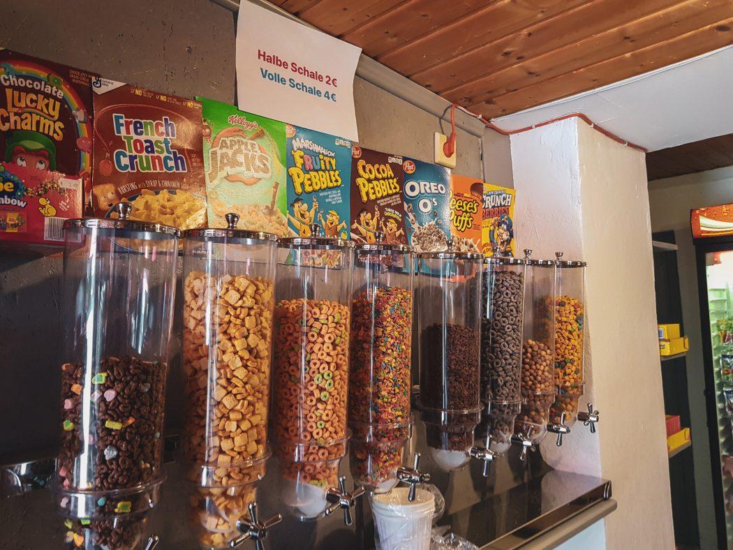 Das Foto zeigt Cornflakes zum Nachfüllen im Kiosk Candy Corner in Bochum