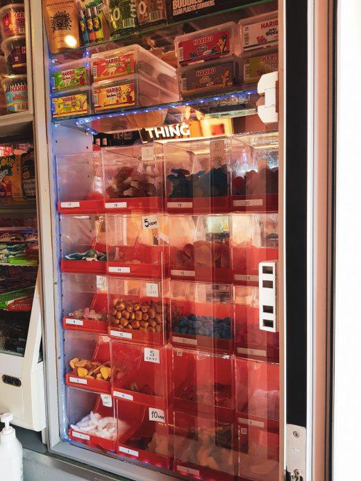 Das Foto zeigt die klassischen roten Bonbonfächer im Kiosk Candy Corner in Bochum