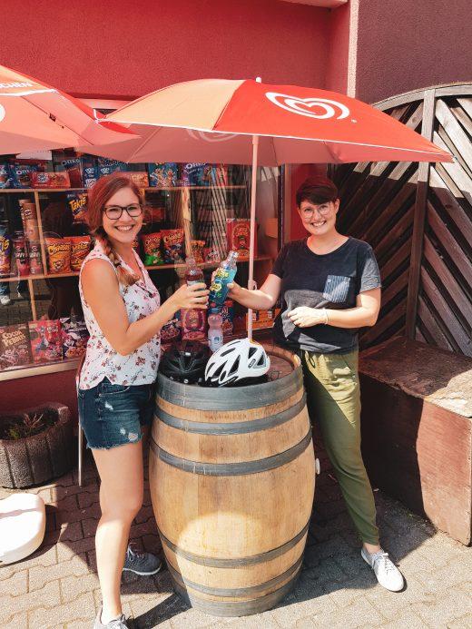 Das Foto zeigt Johanna und Christin mit Limos am Kiosk Candy Corner in Bochum