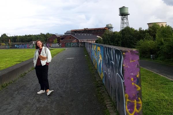 Das Foto zeigt Frauke bei der Ruhrtriennale an der Jahrhunderthalle Bochum