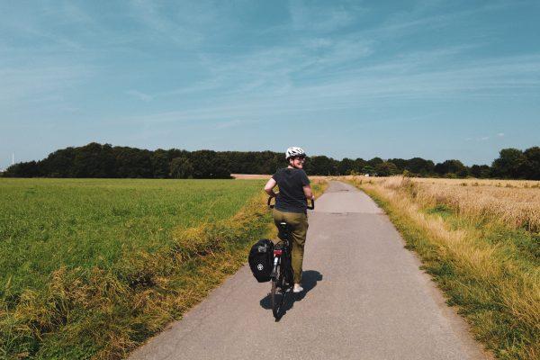 Das Foto zeigt Johanna inmitten von Feldern und Wiesen bei einer Radtour durch Bochum