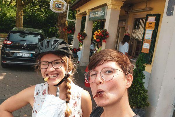 Das Foto zeigt Christin und Johanna mit gemischter Tüte an Heike´s Kiosk in Herne