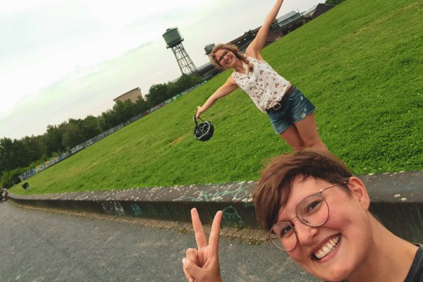 Das Foto zeigt Johanna und Christin an der Jahrhunderthalle in Bochum
