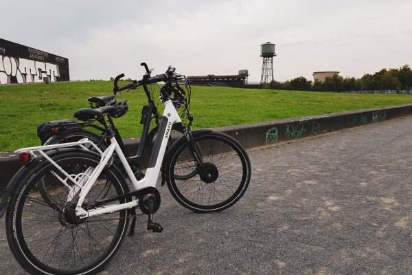 Das Foto zeigt ein Fahrrad an der Jahrhunderthalle in Bochum