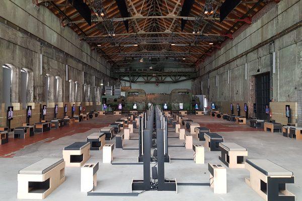 """Das Foto zeigt die Ausstellung """"21 – Erinnerungen ans Erwachsenwerden"""" in der Turbinenhalle der Jahrhunderthalle Bochum"""