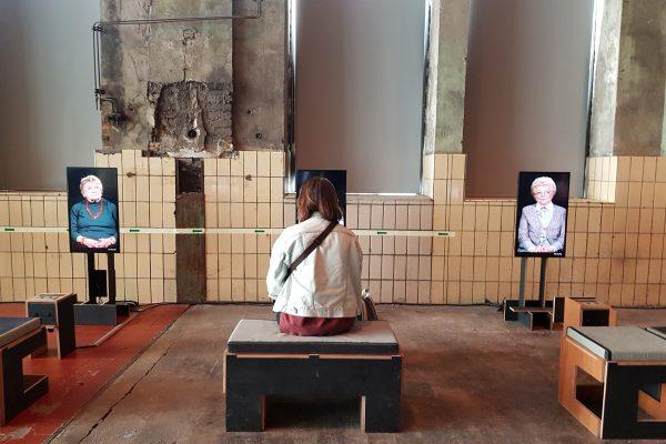 """Das Foto zeigt Frauke bei der Ausstellung """"21 – Erinnerungen ans Erwachsenwerden"""" in der Turbinenhalle der Jahrhunderthalle Bochum"""