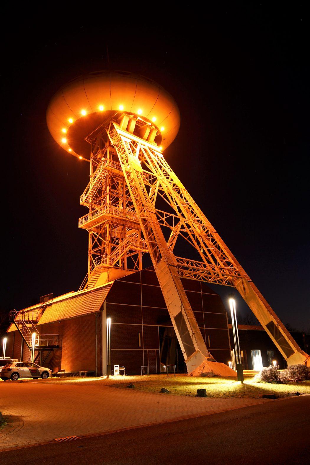 Das Foto zeigt das Colani-Ei in Lünen - einen von zahlreichen Fotospots im Ruhrgebiet bei Nacht