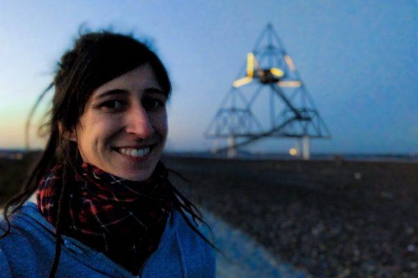 Das Foto zeigt Sarah am Tetraeder in Bottrop - einen von zahlreichen Fotospots im Ruhrgebiet bei Nacht
