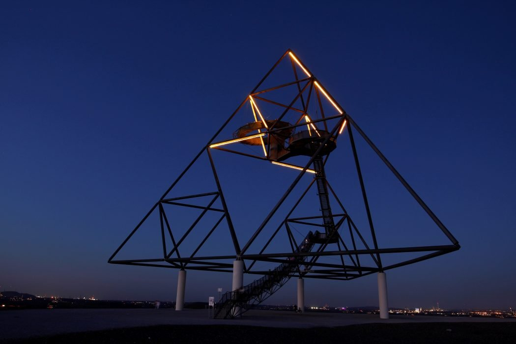 Das Foto zeigt den Tetraeder in Bottrop - einen von zahlreichen Fotospots im Ruhrgebiet bei Nacht