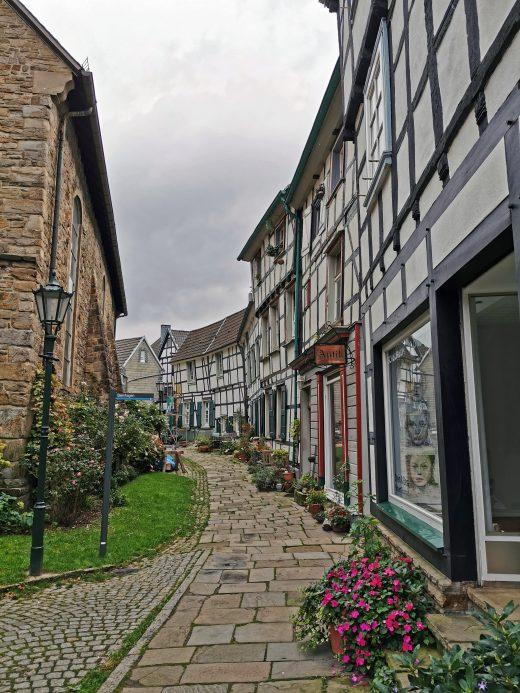 Das Foto zeigt eine Gasse mit Fachwerkhäusern in der Altstadt von Hattingen