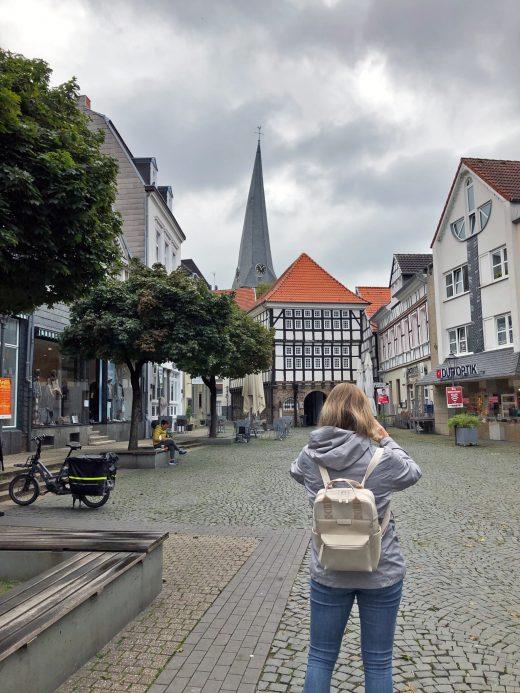 Das Foto zeigt Katalina auf dem Rathausplatz in der Altstadt von Hattingen