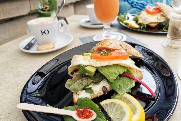 Das Foto zeigt den Avocado Burger im Café Adele in Hattingen