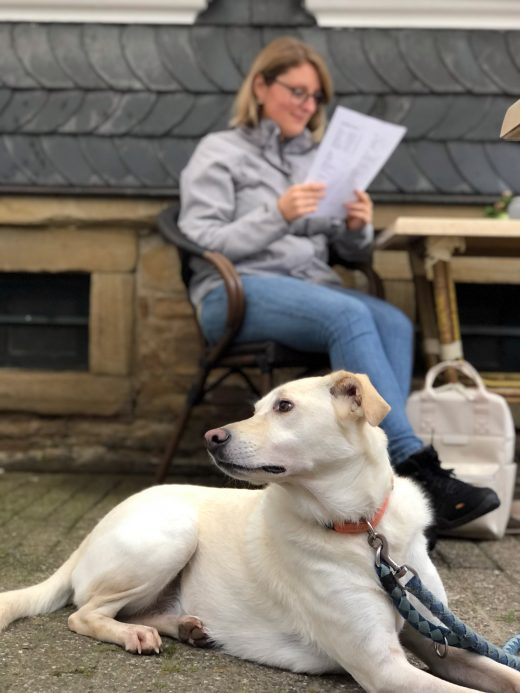 Das Foto zeigt Katalina und Hund Theo im Café Adele in Hattingen