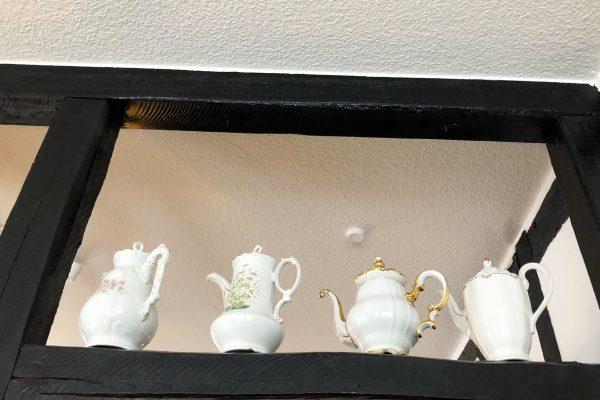 Das Foto zeigt Teekannen im Café Adele in Hattingen