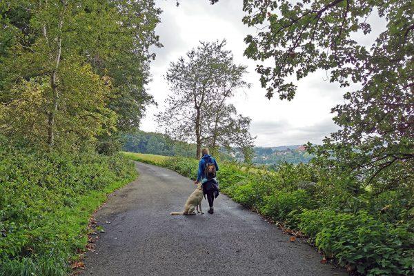 Das Foto zeigt Heike und Hund Theo auf dem Ruhrhöhenweg in Hattingen