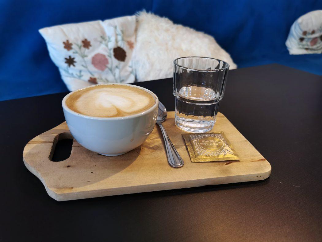 Das Foto zeigt einen Cappuccino in Lulus Coffee Factory – Kaffeerösterei & Café in Sprockhövel