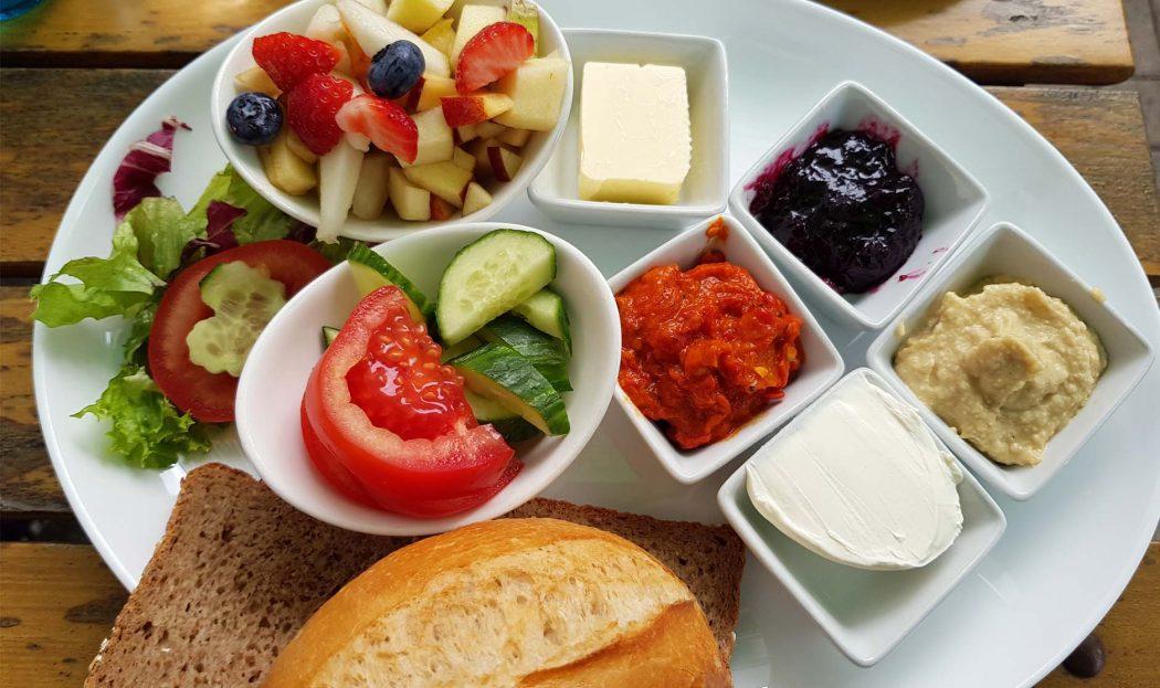 Das Foto zeigt das vegane Frühstück im Café Küchlein in Dortmund