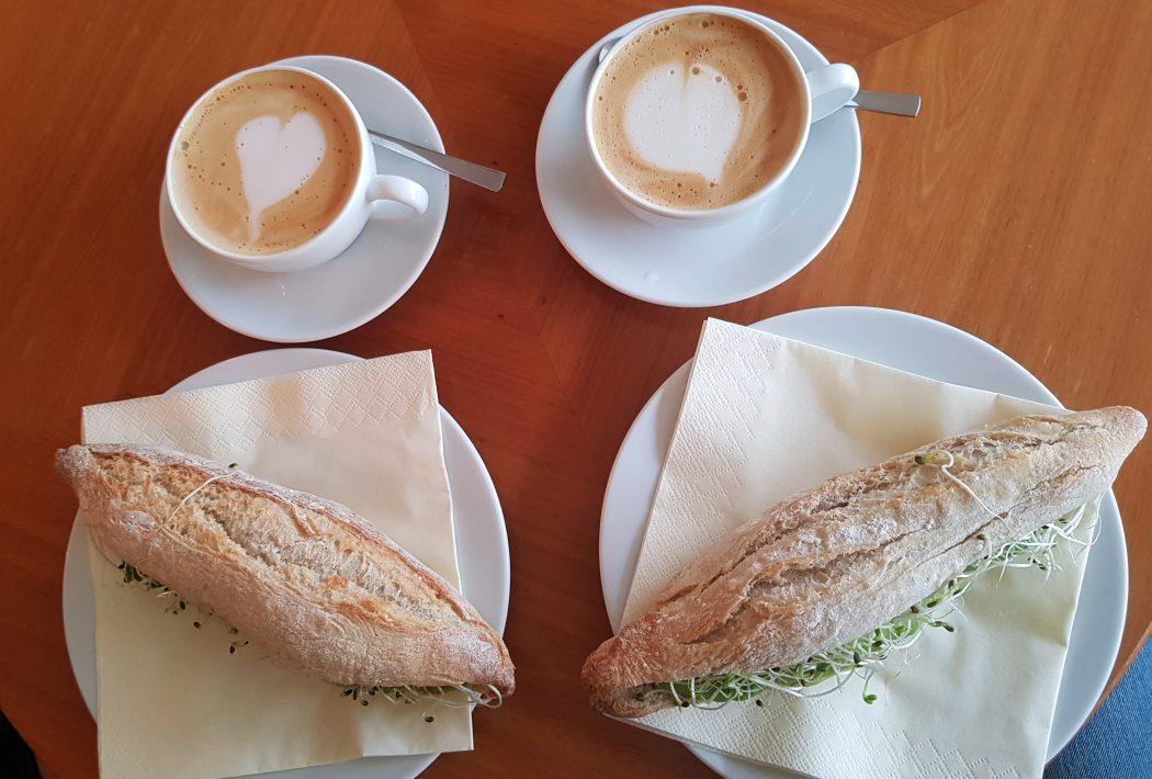 Das Foto zeigt Avocado-Sandwich und Cappuccino im Café Keye in Witten