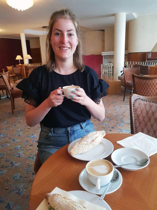 Das Foto zeigt Melissa mit Cappuccino im Café Leye in Witten