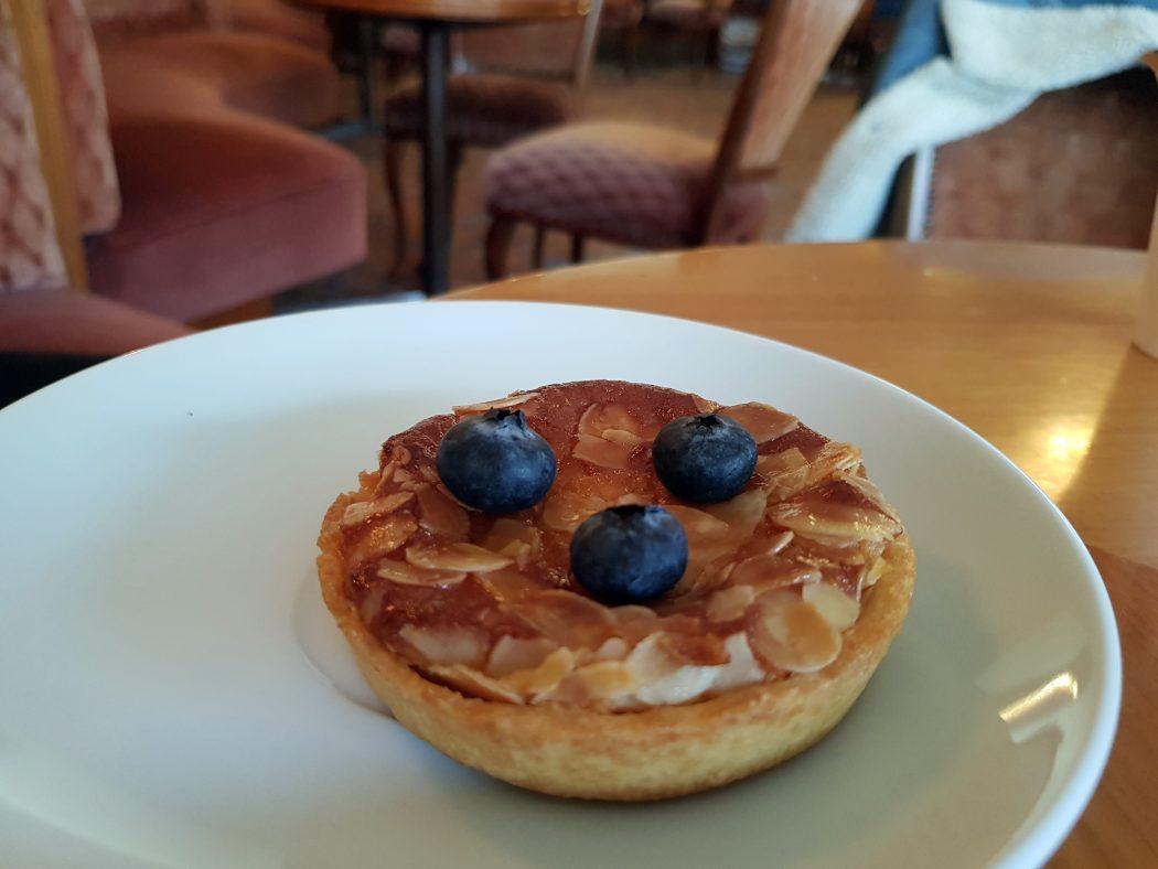 Das Foto zeigt ein Blaubeertörtchen im Café Leye in Witten