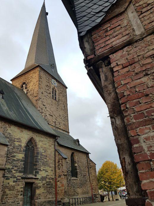 das Foto zeigt den schiefen Kirchturm in der Altstadt von Schwerte