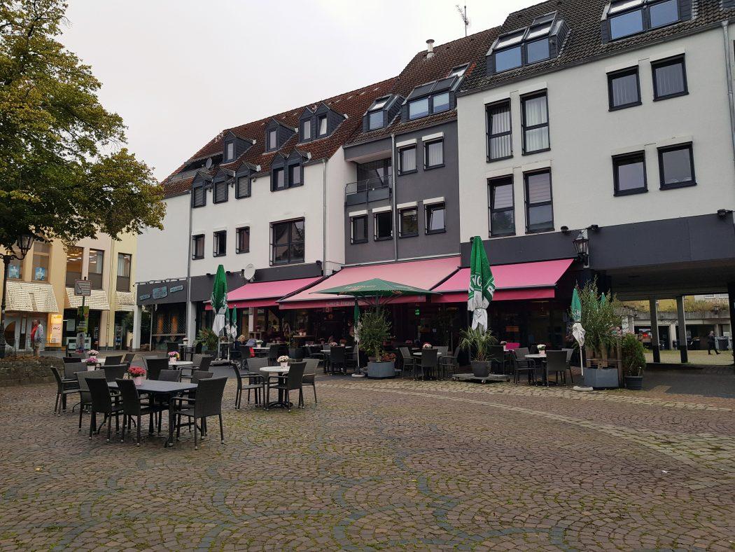 Das Foto zeigt das Café Herrlich auf dem Marktplatz von Schwerte